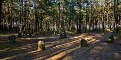 To miejsca pochówku ludzi zeSkandynawii iGotów zamieszkujących te tereny. Współcześnie przyciągają one rzeszę turystów, którzywierzą wszczególne właściwości kamiennych kręgów iich nadnaturalnej mocy. Odległość: 17 km