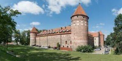 Gotycki Zamek Krzyżacki powstał napoczątku XV w. Bogata historia tego miejsca warta jest zwiedzenia go zprzewodnikiem. Obecnie wzamku mieści się Muzeum Zachodniokaszubskie wktórym, można obejrzeć wystawę stałą okulturze materialnej Kaszubów bytowskich czywystawę myśliwską. Odległość: 45 km